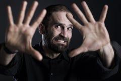 Erschrockener Mannvertretung HALT mit beiden Händen Stockbild