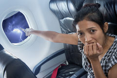 Erschrockener Passagier auf einem Flugzeug Stockbild