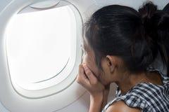 Erschrockener Passagier auf einem Flugzeug Lizenzfreie Stockfotos