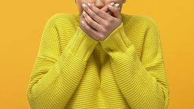 Erschrockener schwarzer weiblicher Abdeckungsmund, der eigenhändig, Überraschungsverwunderung entsetzt schaut stock video