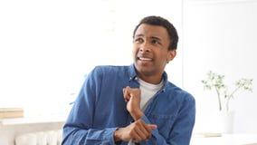 Erschrockener und deprimierter Mann auf weißem Hintergrund Stockfoto