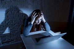 Erschrockener weiblicher Jugendlicher mit dem leidendem Cyberbullying und Belästigung des Computerlaptops, die online missbraucht Lizenzfreie Stockbilder