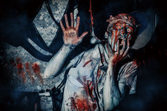 Erschrockener Zombiemann stockbild