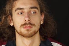 Erschrockenes Gesicht des jungen erwachsenen Mannes mit dem unordentlichen Haar lizenzfreie stockbilder