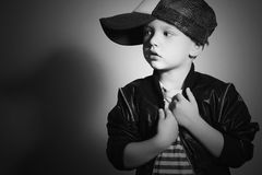 Erschrockenes Kind in der Dunkelheit Little Boy Fashion Children Hip-Hop Lizenzfreies Stockfoto