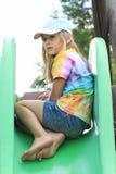 Erschrockenes kleines Mädchen auf einem Dia Lizenzfreie Stockfotos