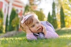 Erschrockenes Mädchen auf Gras Stockfotografie