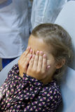 Erschrockenes Mädchen am Zahnarzt Stockbild