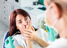 Erschrockenes Mädchen am Zahnarzt stockfotografie