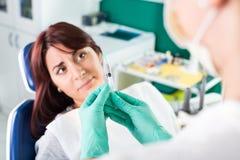 Erschrockenes Mädchen am Zahnarzt stockfotos