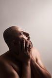 Erschrockenes Mannhändchenhalten auf Gesicht lizenzfreies stockbild