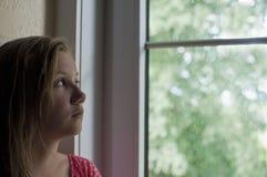 Erschrockenes Mädchendenken Lizenzfreie Stockbilder