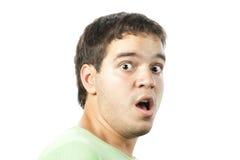 Erschrockenes Portrait des jungen Mannes getrennt auf Weiß Stockfotos