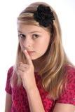 Erschrockenes Schulemädchenkind bildet Unterhalt ruhiges Zeichen lizenzfreies stockbild