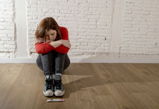 Erschrockenes schwangeres Jugendlichmädchen oder junge hoffnungslose Frau, die zum positiven Schwangerschaftstest schauen lizenzfreies stockbild