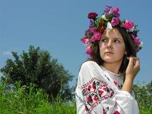 Erschrockenes ukrainisches Mädchen in der traditionellen Kleidung Lizenzfreie Stockfotografie