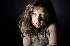 Erschrockenes und schmutziges Brown-behaartes Kind stockbild