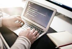 Ersoncodage of het doen van Webontwerp op laptop computer royalty-vrije stock afbeeldingen
