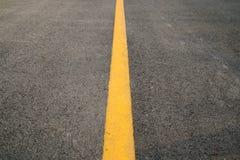 Erspective gulnar den raka trafiklinjen på väggolvtextur och bakgrund Royaltyfri Foto