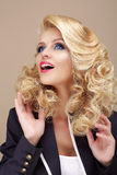 erstaunen Überraschte blonde Frau, die oben schaut Stockbilder
