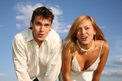 Erstaunen Sie Paare auf Himmelhintergrund Lizenzfreie Stockfotografie