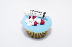 Erstaunlich kreativer kleiner Kuchen mit der medizinischen Ausrüstung hergestellt vom Fondant lizenzfreies stockfoto
