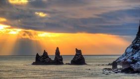Erstaunliche ährentragende Felsen im Ozean, Reynisfjara-Strand nahe Vik-Stadt, lizenzfreie stockbilder