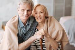Erstaunliche ältere Paare, die zusammen ihre Zeit genießen stockfoto