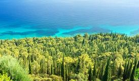 Erstaunliche Ansicht über adriatisches Meer und Zypresse auf Peljesac-Halbinsel, Dalmatien, Kroatien Lizenzfreies Stockfoto