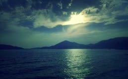 Erstaunliche Ansicht blaues adriatisches Meer, Berge und perfekter Himmel mit Wolken Stockfotografie