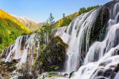 Erstaunliche Ansicht der Perlen-Massen Wasserfall und Holz bei Sonnenuntergang Lizenzfreies Stockfoto