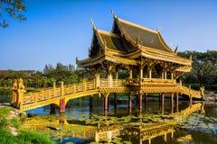 Erstaunliche Ansicht der schönen goldenen Brücke und des Pavillons des Enli Lizenzfreie Stockfotos