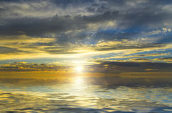 Erstaunliche Ansicht der Sonne, filternd durch die dunklen Wolken Stockbilder
