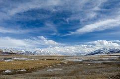 Erstaunliche Ansicht der tibetanischen Hochebene der großen Höhe und des bewölkten Himmels Lizenzfreies Stockbild