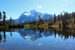 Erstaunliche Ansicht des Bergs Shuksan und seiner Reflexion im Picture See stockfotografie