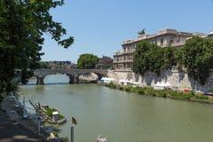 Erstaunliche Ansicht des Obersten Gerichts der Aufhebung und des Tiber-Flusses in der Stadt von Rom, Italien stockbild