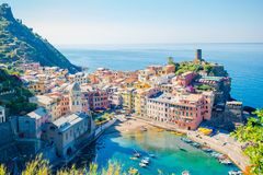 Erstaunliche Ansicht des schönen und gemütlichen Dorfs von Vernazza in Cinque Terre Reserve Stockfoto