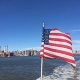 Erstaunliche Ansicht New York City mit Flagge Vereinigter Staaten Lizenzfreie Stockfotografie