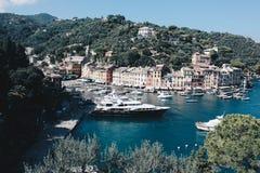Erstaunliche Ansicht in Portofino in Italien mit einigen Landhäusern und Booten - Reiseziel in Italien lizenzfreie stockfotos