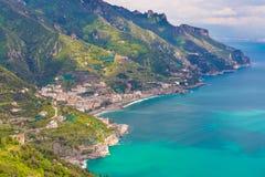 Erstaunliche Ansicht von Amalfi-Küste und von Stadt von Maiori von Ravello-Dorf, Kampanien-Region, südlich von Italien Stockfotos