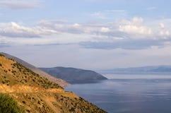 Erstaunliche Ansicht von der Spitze eines Berges unten zum Meer, nah an Itea, Griechenland Stockfotografie