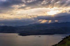 Erstaunliche Ansicht von der Spitze eines Berges unten zum Meer, nah an Itea, Griechenland Lizenzfreie Stockfotos