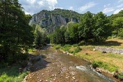Erstaunliche Ansicht von Jerma-Fluss-Schlucht in Vlaska-Berg, Serbien lizenzfreies stockbild