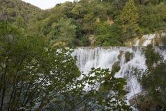 Erstaunliche Ansicht von Krka-Wasserfälle trhough die Beschaffenheit von Krka-Naturpark in Kroatien Lizenzfreie Stockbilder