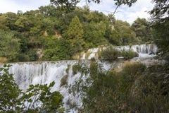 Erstaunliche Ansicht von Krka-Wasserfälle trhough die Natur Stockfotografie