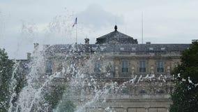 Erstaunliche Ansicht von Luxemburg-Palast durch Brunnen, Besichtigung, Tourismus stock video footage
