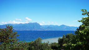 Erstaunliche Ansicht von See Garda vom Park Parco Pubblico Tomelleri in Sirmione-Stadt, Italien lizenzfreies stockfoto