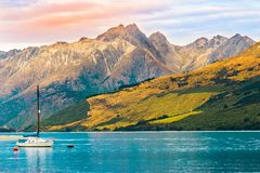 Erstaunliche Ansicht von See wakatipu; NEUSEELAND, IM APRIL 2017 lizenzfreies stockbild