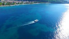 Erstaunliche Ansicht Yacht Segeln in der hohen See an sonnigem stock video