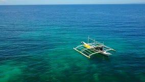 Erstaunliche Ansicht Yacht Segeln in der hohen See am windigen Tag Brummenansicht - Vogelaugenwinkel stock video footage